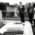 ROBERT F. KENNEDY PAYS RESPECTS AT WINSTON CHURCHILL GRAVE - 8X10 PHOTO (DA-733)