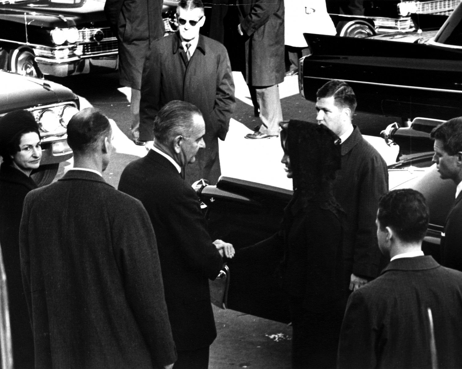 LYNDON JOHNSON HOLDS JACKIE KENNEDY'S HAND OUTSIDE CAPITOL - 8X10 PHOTO (DD-157)