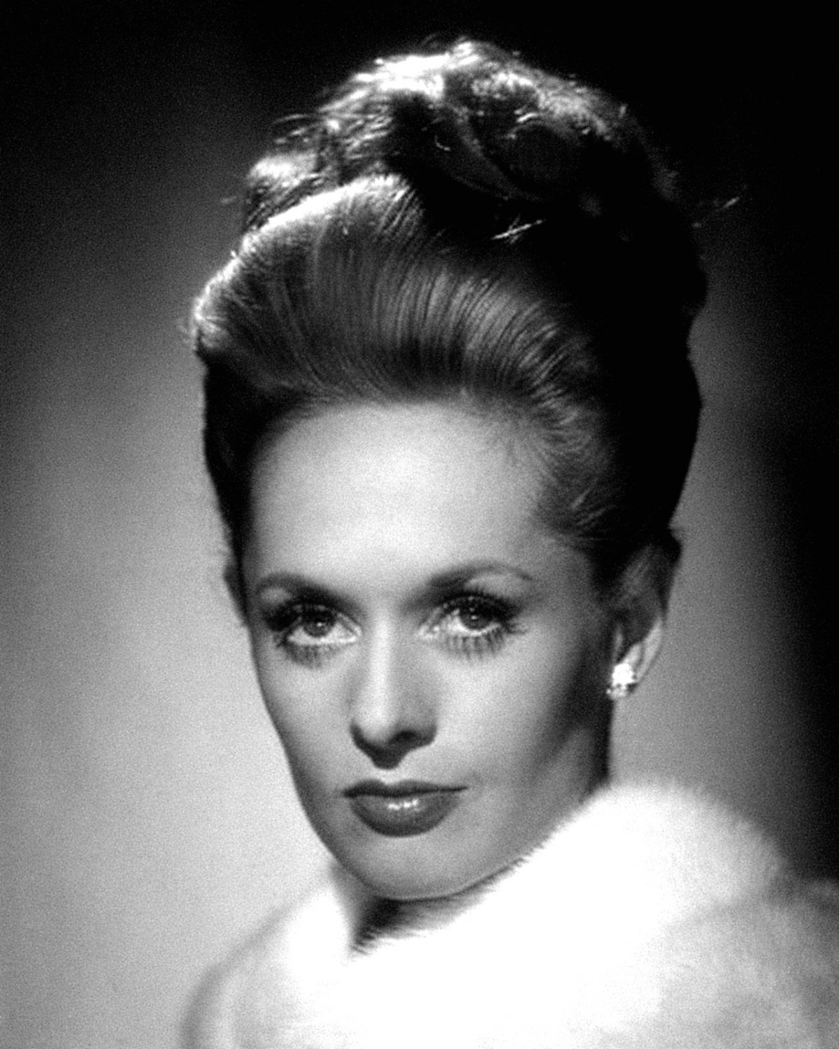 "TIPPI HEDREN IN THE ALFRED HITCHCOCK FILM ""MARNIE"" - 8X10 PUBLICITY PHOTO (NN-154)"