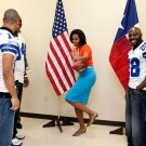 MICHELLE OBAMA STRIKES HEISMAN POSE w/DALLAS COWBOYS PLAYERS 8X10 PHOTO (EE-126)