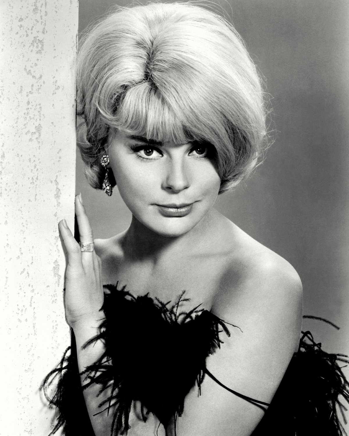 ELKE SOMMER IN THE 1965 FILM 'THE MONEY TRAP' - 8X10 PUBLICITY PHOTO (ZY-211)