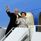 GEORGE W BUSH & LAURA BOARD AIR FORCE ONE FOR LAST TIME - 8X10 PHOTO (EP-630)