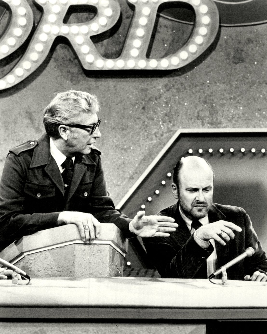 "ALLEN LUDDEN AND WERNER KLEMPERER ON ""PASSWORD"" - 8X10 PUBLICITY PHOTO (ZZ-470)"