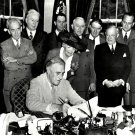 PRESIDENT FRANKLIN D ROOSEVELT SIGNS THE G.I. BILL IN 1944 - 8X10 PHOTO (ZY-278)