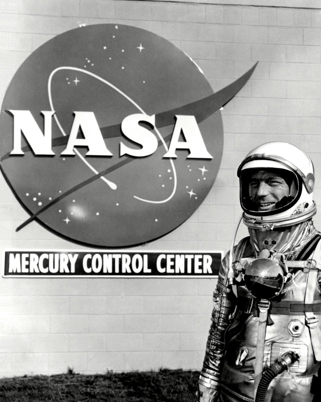 MERCURY ASTRONAUT SCOTT CARPENTER AT CONTROL CENTER - 8X10 NASA PHOTO (EP-044)
