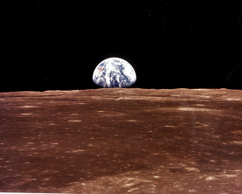 VIEW OF THE EARTH OVER LUNAR HORIZON FROM APOLLO 11 - NASA 8X10 PHOTO (EP-047)