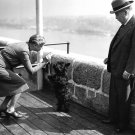 """ELEANOR ROOSEVELT GIVES TREAT TO """"FALA"""" AS CANADA PM WATCHES 8X10 PHOTO (CC-152)"""