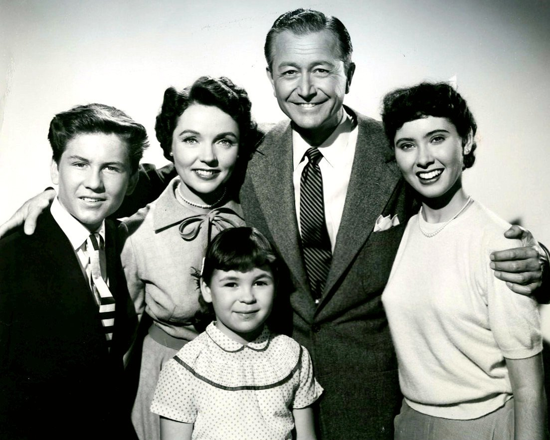 """""""FATHER KNOWS BEST"""" MAIN CAST FROM THE TV SHOW - 8X10 PUBLICITY PHOTO (DA-759)"""