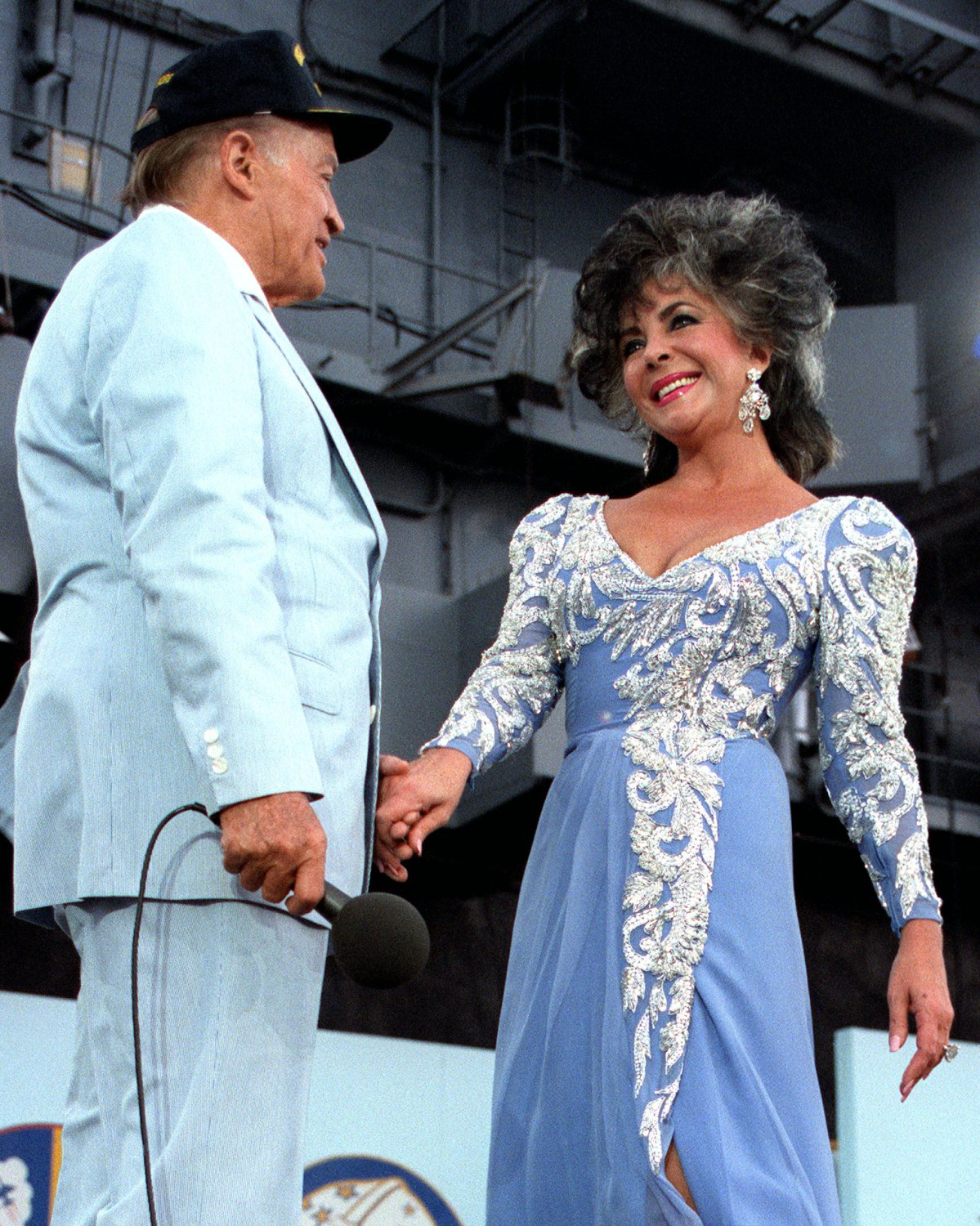 BOB HOPE & ELIZABETH TAYLOR ON USS LEXINGTON FOR USO SHOW - 8X10 PHOTO (BB-514)