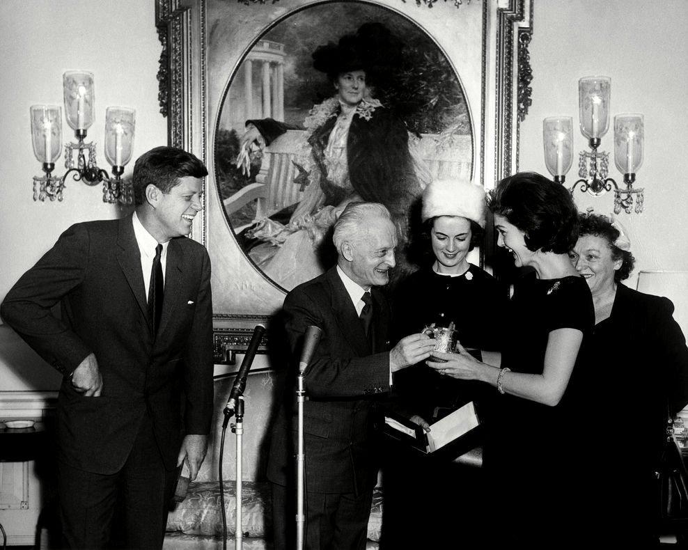 JOHN F KENNEDY & JACQUELINE GET CHRISTENING CUP FOR JOHN JR 8X10 PHOTO (BB-418)