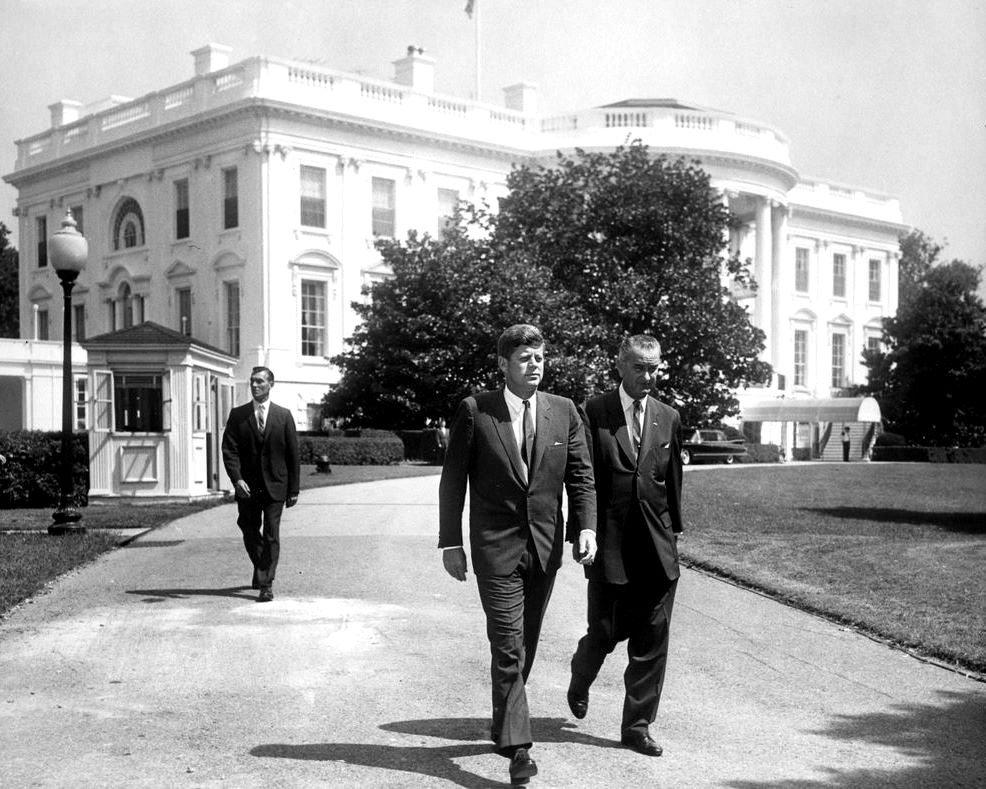 PRESIDENT JOHN F. KENNEDY & LYNDON JOHNSON ON SOUTH LAWN - 8X10 PHOTO (AA-335)