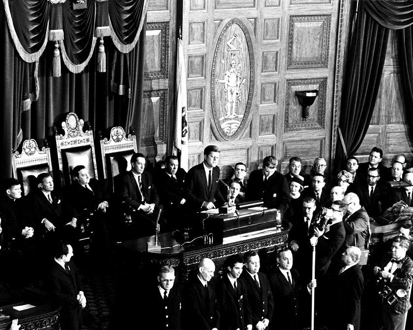 PRESIDENT-ELECT JOHN F KENNEDY ADDRESSES GENERAL COURT OF MASSACHUSETTS - 8X10 PHOTO (ZZ-038)