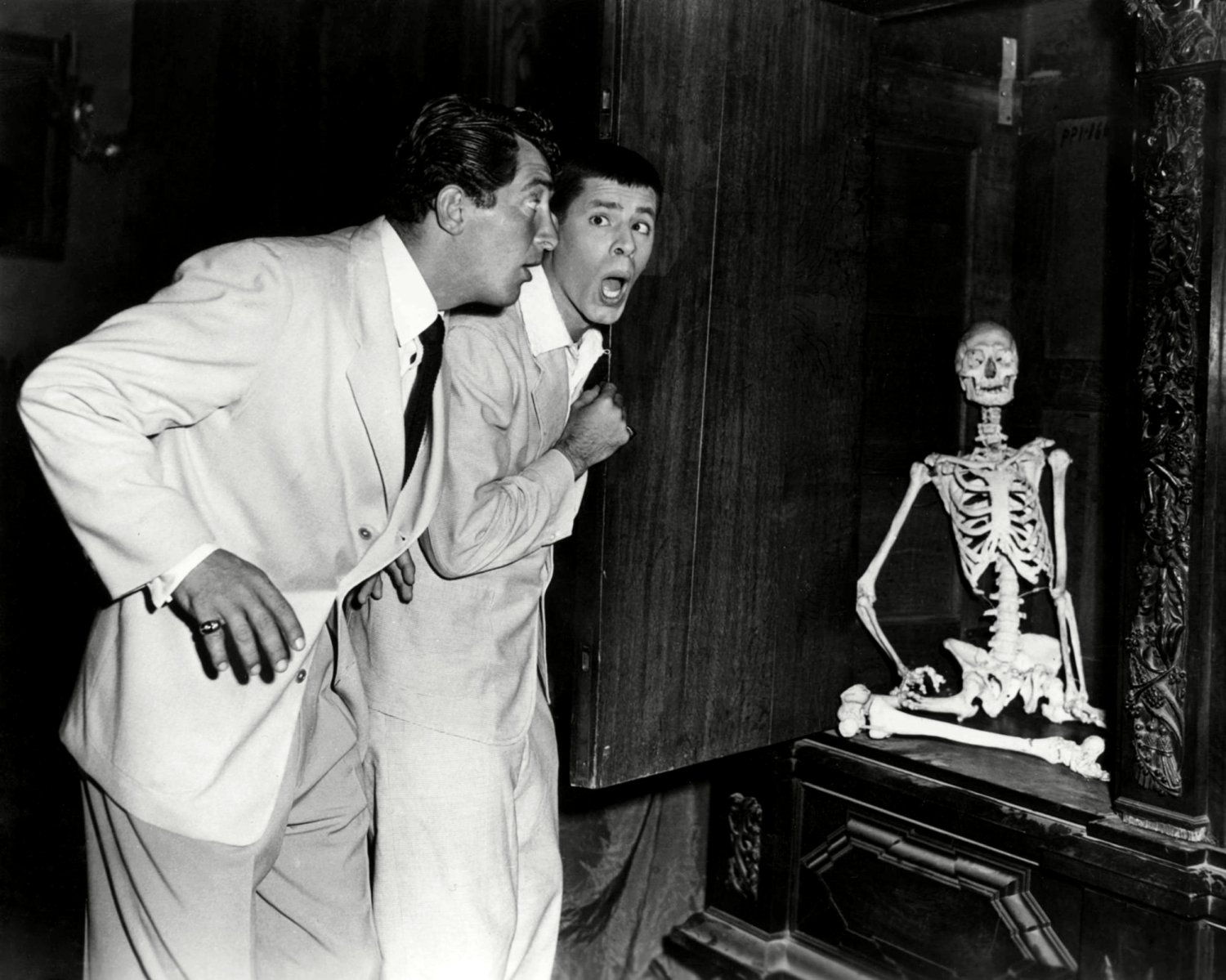 """DEAN MARTIN AND JERRY LEWIS IN """"'SCARED STIFF"""" - 8X10 PUBLICITY PHOTO (ZZ-036)"""