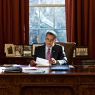 PRESIDENT BARACK OBAMA AT RESOLUTE DESK IN THE OVAL OFFICE - 8X10 PHOTO (NN-178)