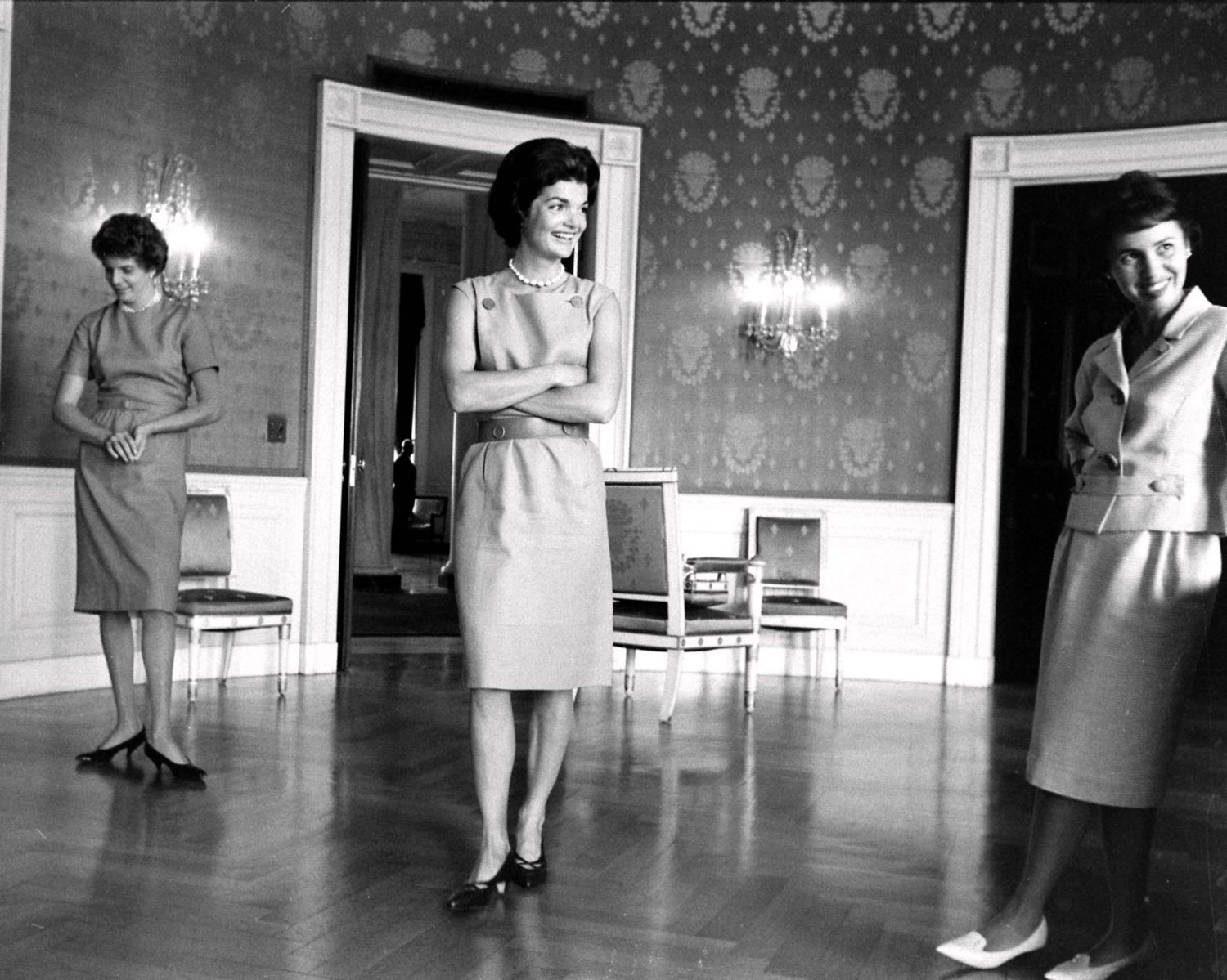 FIRST LADY JACQUELINE KENNEDY IN THE BLUE ROOM OF WHITE HOUSE 8X10 PHOTO (AZ110)