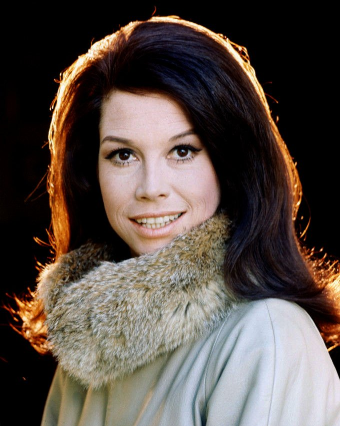 ACTRESS MARY TYLER MOORE - 8X10 PUBLICITY PHOTO (AZ101)