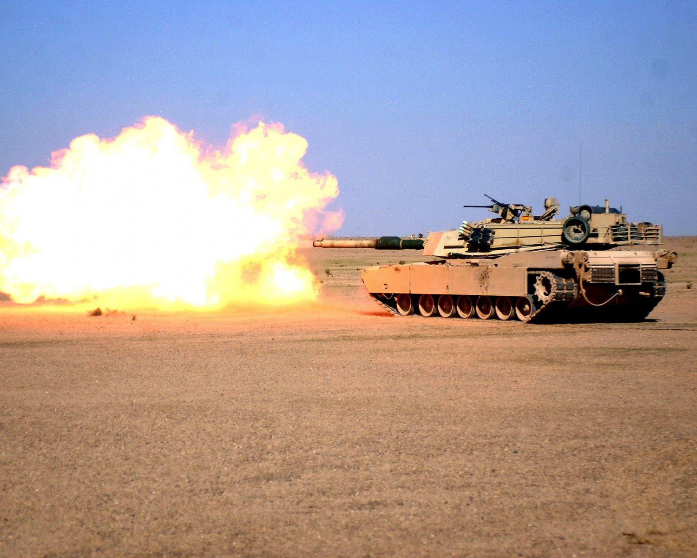 M1 ABRAMS BATTLE TANK FIRING 120MM M256 GUN - 8X10 MILITARY PHOTO (AZ123)