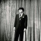 ED SULLIVAN WEARING A BEATLES WIG - 8X10 PUBLICITY PHOTO (AZ161)