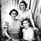 THE QUEEN WITH DAUGHTERS PRINCESS' ELIZABETH AND MARGARET IN 1942 - 8X10 PHOTO (ZY-319)