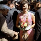 FIRST LADY JACQUELINE KENNEDY ON A VISIT TO INDIA IN 1962 - 8X10 PHOTO (ZZ-667)