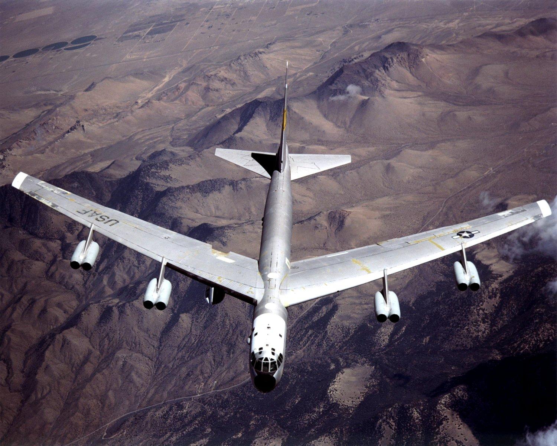 B-52 MOTHERSHIP (TAIL NUMBER 008) IN FLIGHT- 8X10 NASA PHOTO (EP-061)