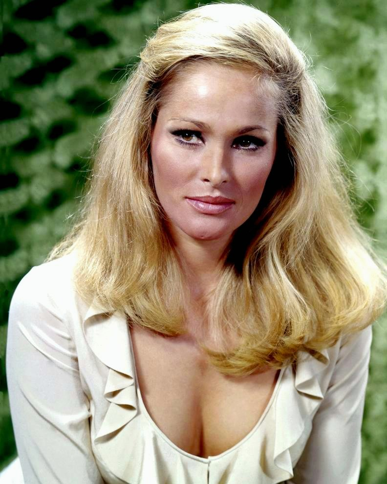 ACTRESS URSULA ANDRESS - 8X10 PUBLICITY PHOTO (DA-762)