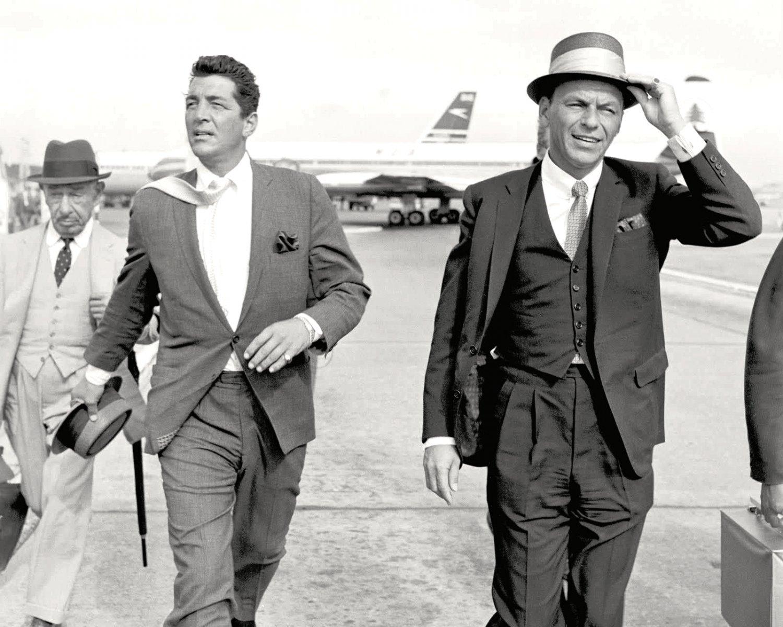 DEAN MARTIN & FRANK SINATRA ON THE LONDON AIRPORT TARMAC - 8X10 PHOTO (AA-050)
