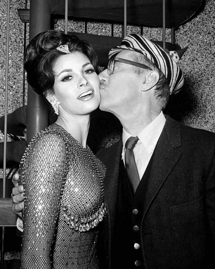 RAQUEL WELCH AND GROUCHO MARX IN 1964 - 8X10 PUBLICITY PHOTO (DA-027)