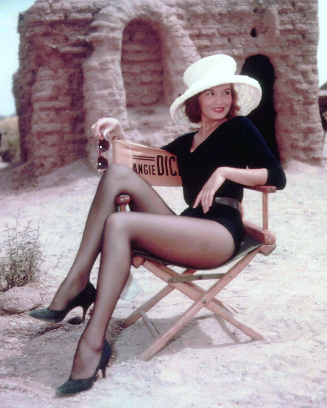 "ANGIE DICKINSON ON THE SET OF THE FILM ""RIO BRAVO"" 8X10 PUBLICITY PHOTO (AZ242)"