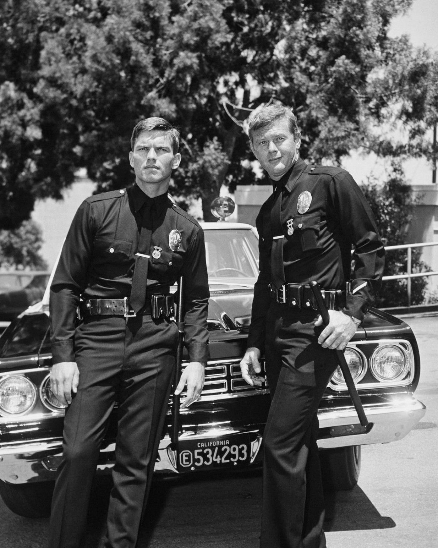 "KENT McCORD & MARTIN MILNER IN TV SHOW ""ADAM-12"" - 8X10 PUBLICITY PHOTO (DA-506)"