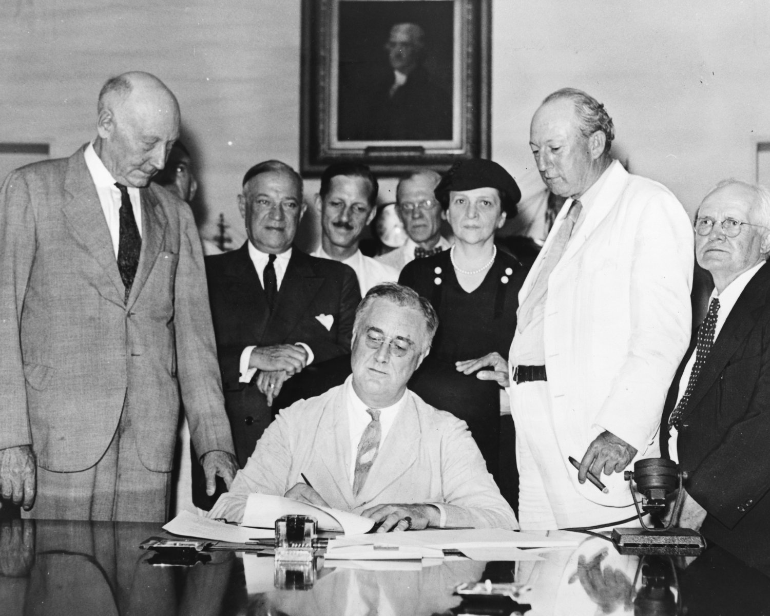 PRESIDENT FRANKLIN D. ROOSEVELT SIGNS SOCIAL SECURITY ACT - 8X10 PHOTO (ZZ-169)