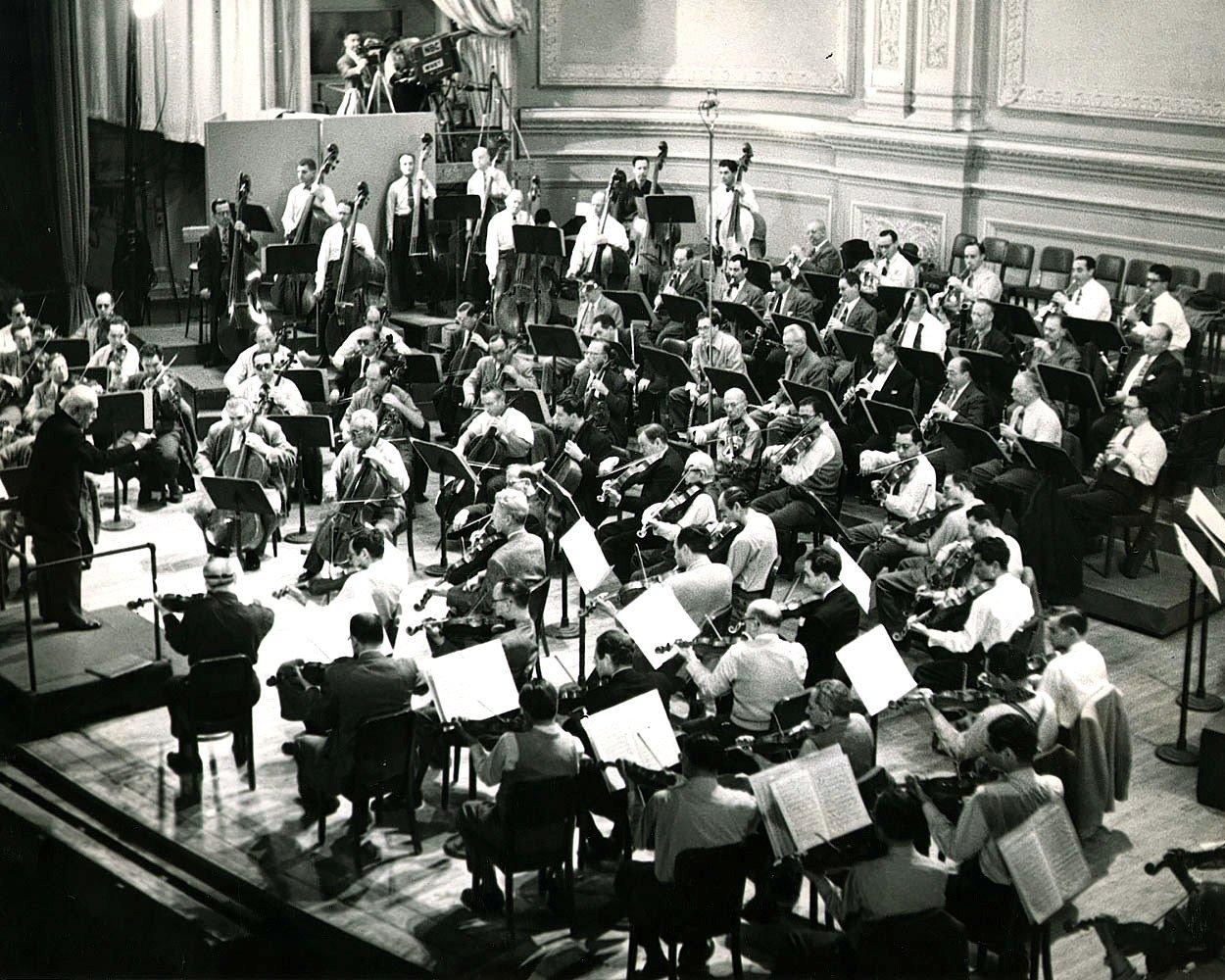 NBC RADIO SYMPHONY ORCHESTRA @ CARNEGIE HALL CIRCA 1954 - 8X10 PHOTO (EP-663)