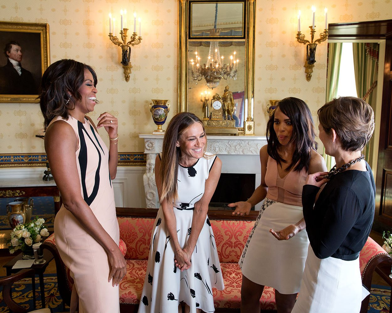 FIRST LADY MICHELLE OBAMA w/ SARAH JESSICA PARKER BLUE ROOM 8X10 PHOTO (ZY-342)