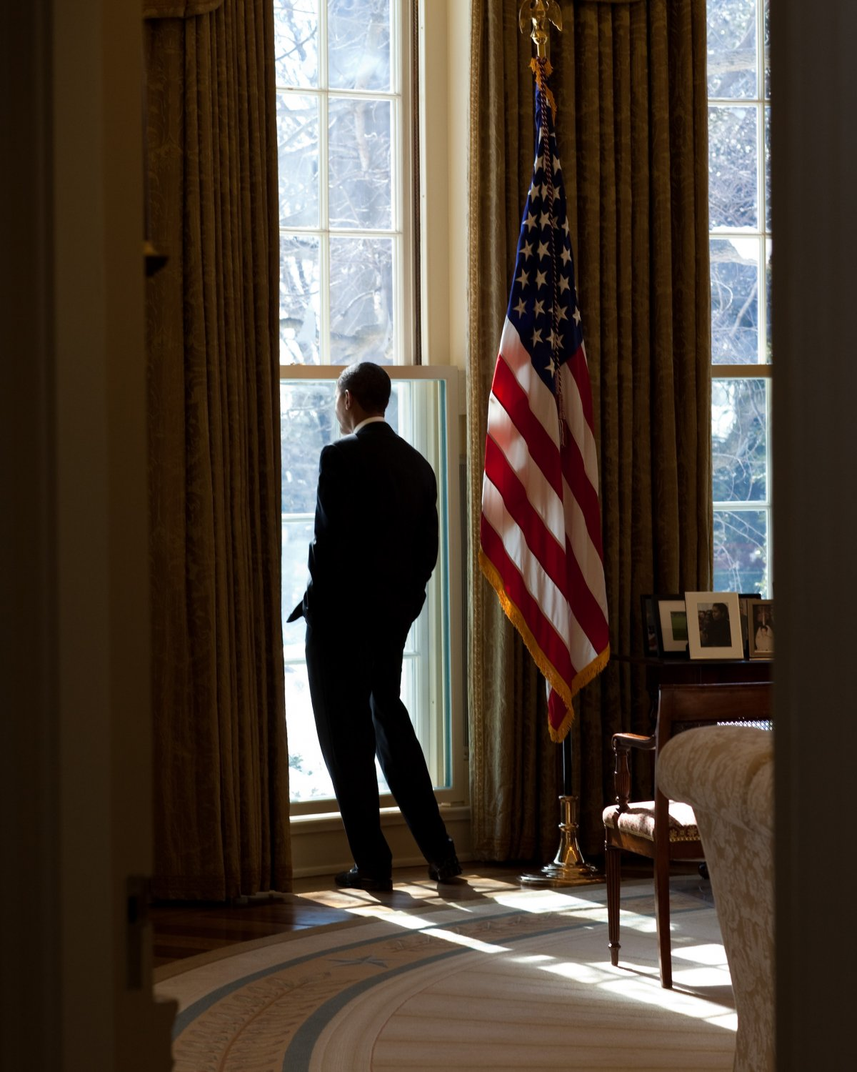PRESIDENT BARACK OBAMA LOOKS OUT WINDOW IN THE OVAL OFFICE - 8X10 PHOTO (ZY-343)