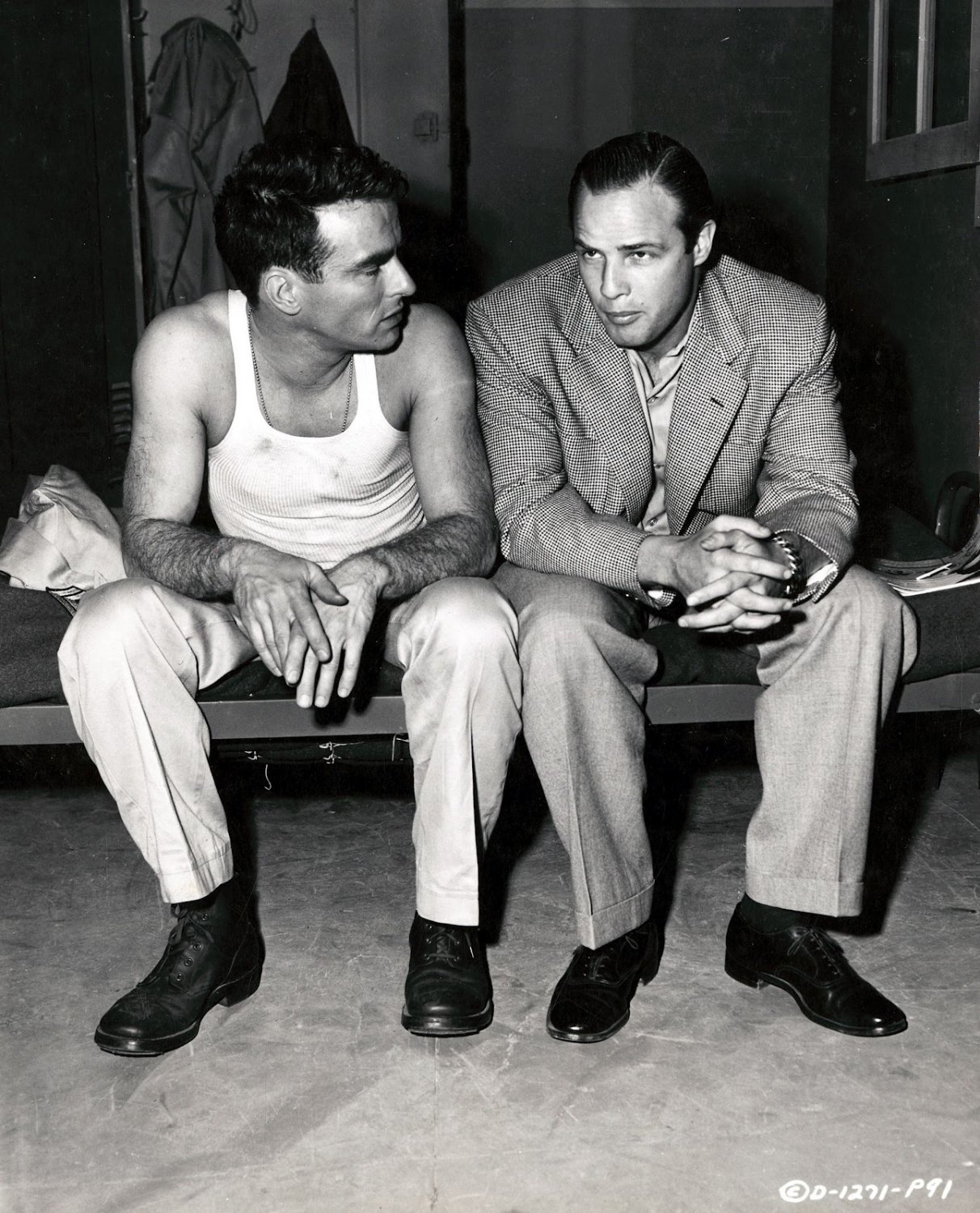 """MARLON BRANDO & MONTGOMERY CLIFT ON THE SET OF """"FROM HERE TO ETENITY"""" 8X10 PHOTO (AB-210)"""