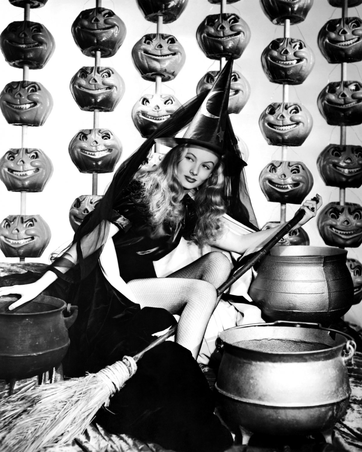 """VERONICA LAKE IN THE FILM """"I MARRIED A WITCH"""" - 8X10 PUBLICITY PHOTO (ZY-351)"""