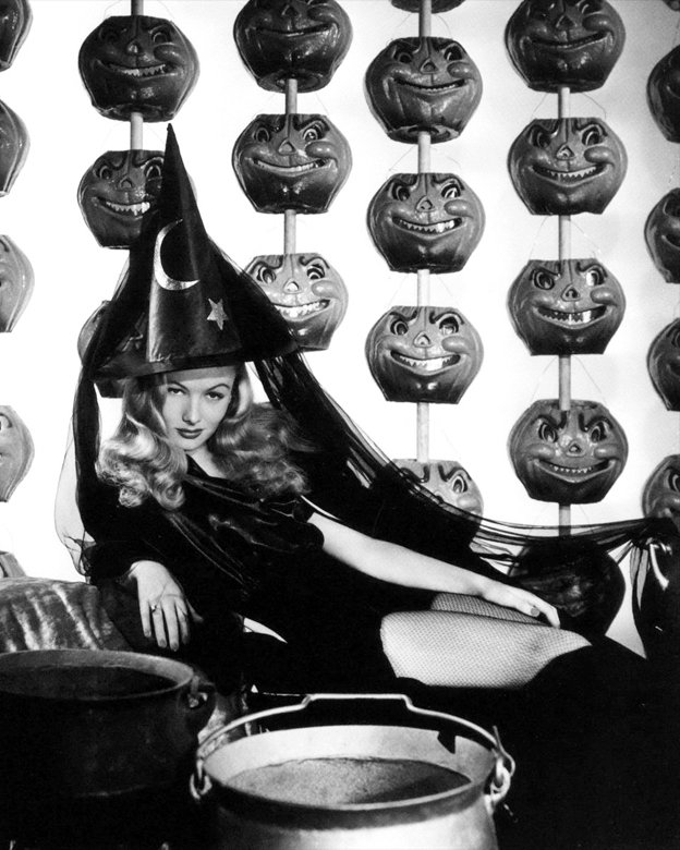 """VERONICA LAKE IN THE FILM """"I MARRIED A WITCH"""" - 8X10 PUBLICITY PHOTO (ZY-356)"""
