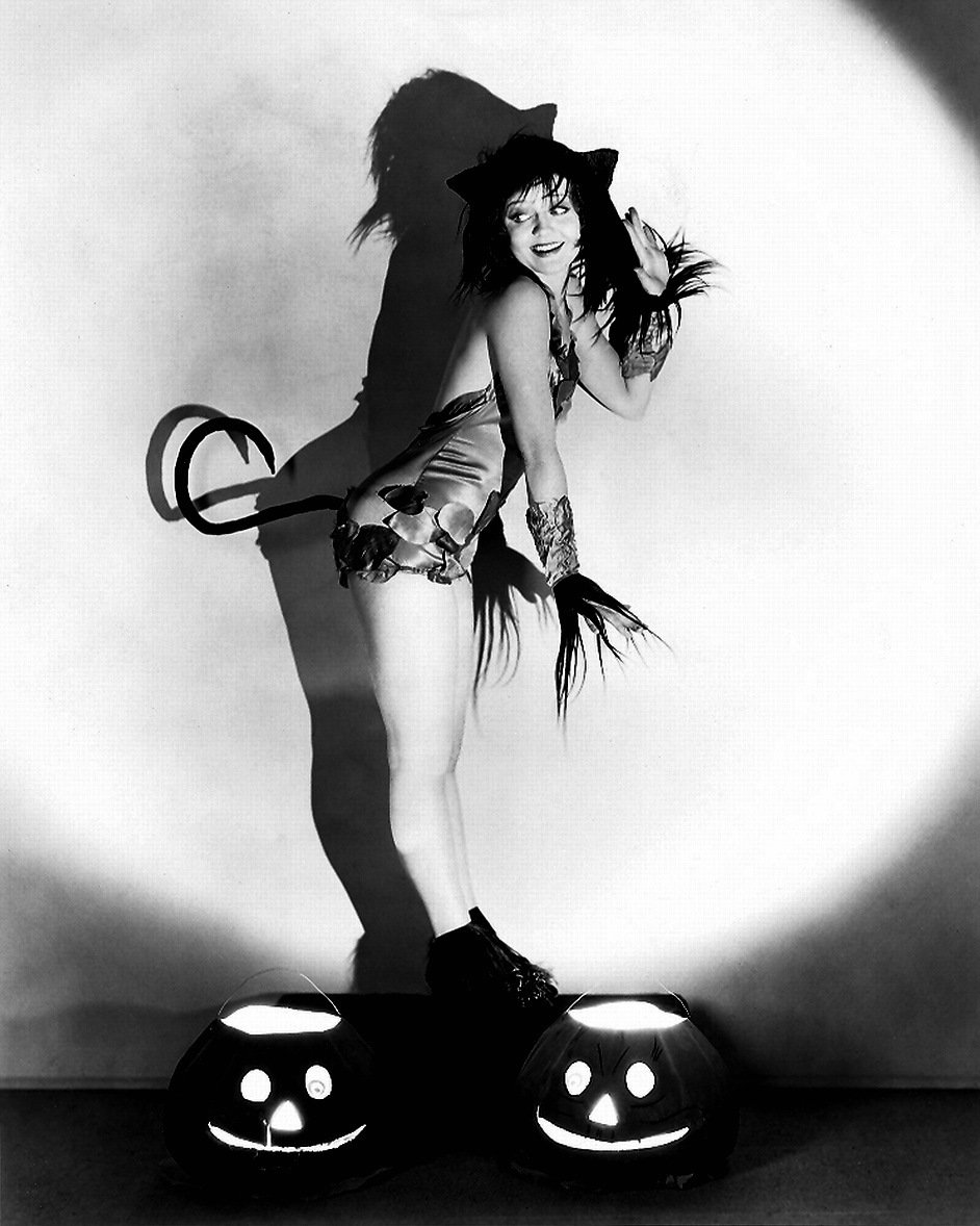 ACTRESS NANCY CARROLL PIN-UP - 8X10 HALLOWEEN THEMED PUBLICITY PHOTO (ZY-355)