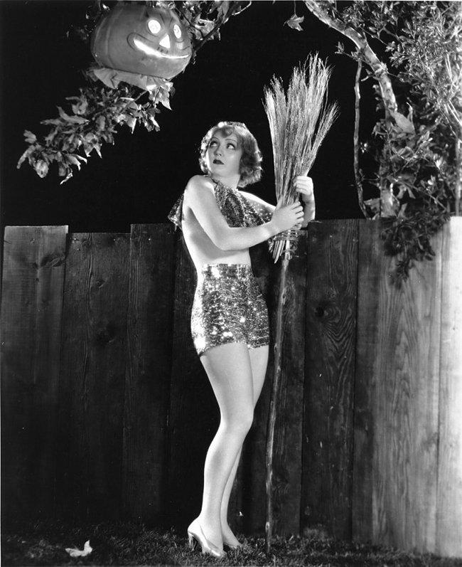 ACTRESS NANCY CARROLL PIN-UP - 8X10 HALLOWEEN THEMED PUBLICITY PHOTO (ZY-364)