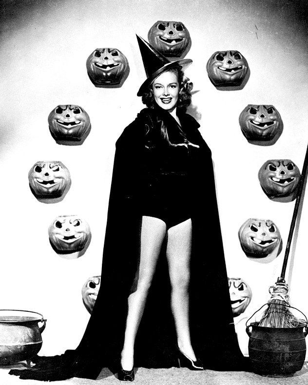 ACTRESS VIRGINIA WELLES PIN-UP - 8X10 HALLOWEEN THEMED PUBLICITY PHOTO (ZY-368)