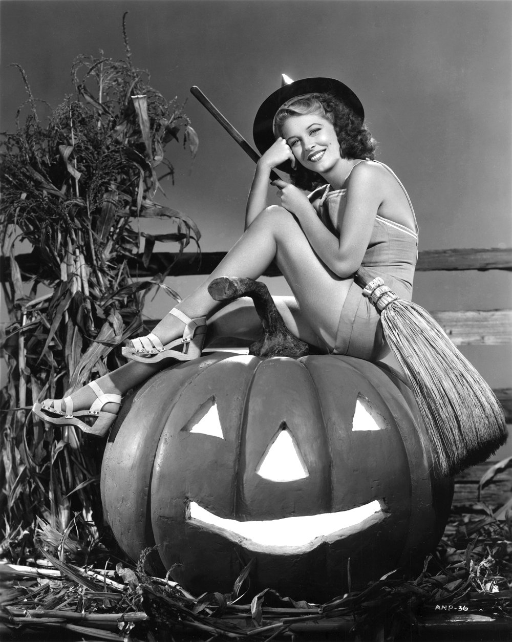 ACTRESS ANNE NAGEL PIN-UP - 8X10 HALLOWEEN THEMED PUBLICITY PHOTO (ZY-363)