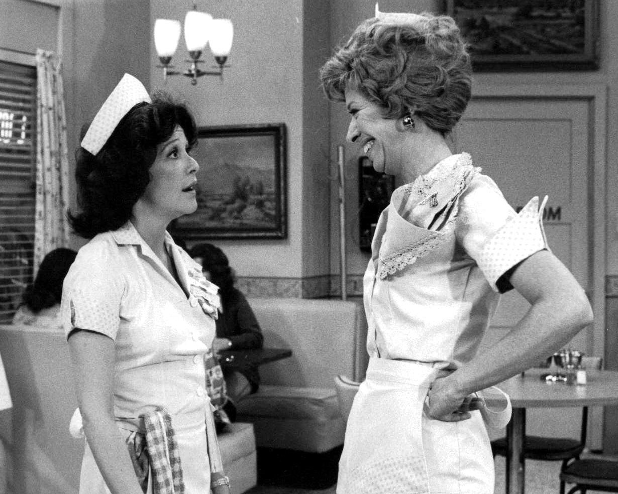 """LINDA LAVIN AND POLLY HOLLIDAY IN THE TV SITCOM """"ALICE"""" - 8X10 PHOTO (DD-196)"""