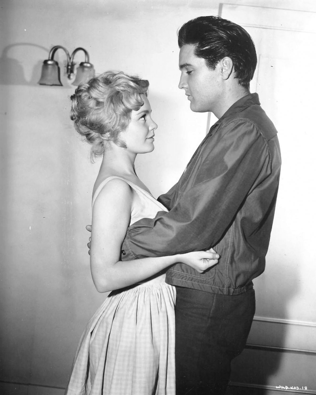 """ELVIS PRESLEY & TUESDAY WELD """"WILD IN THE COUNTRY"""" 8X10 PUBLICITY PHOTO (DD-198)"""