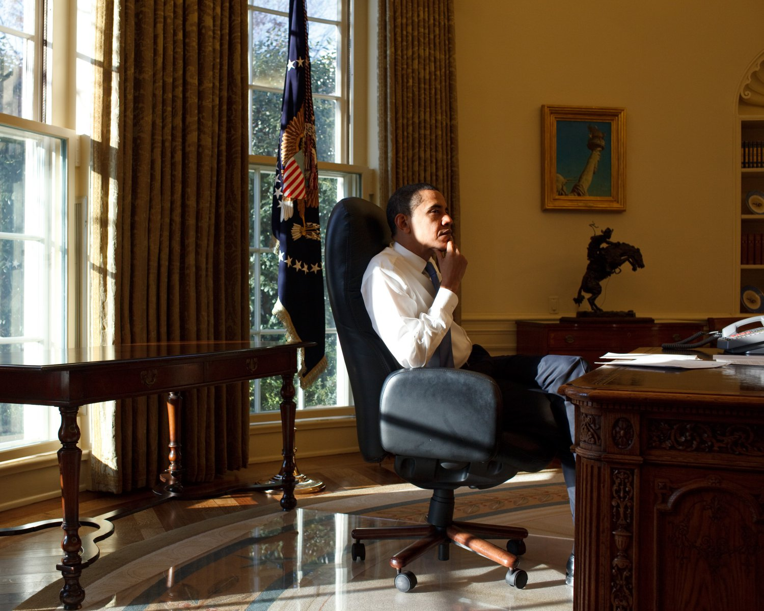BARACK OBAMA IN THE OVAL OFFICE ON 1ST DAY OF HIS FIRST TERM 8X10 PHOTO (ZY-392)