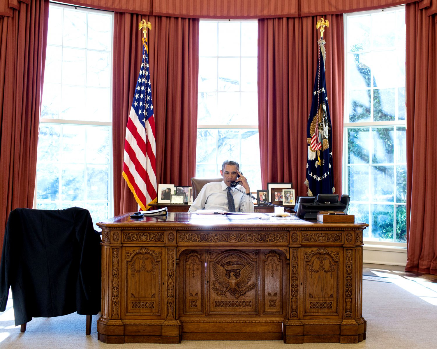 BARACK OBAMA ON A CALL IN THE OVAL OFFICE JANUARY 5, 2015 - 8X10 PHOTO (ZY-394)
