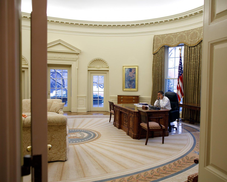 PRESIDENT BARACK OBAMA IN OVAL OFFICE ON JANUARY 28, 2009 - 8X10 PHOTO (ZY-398)
