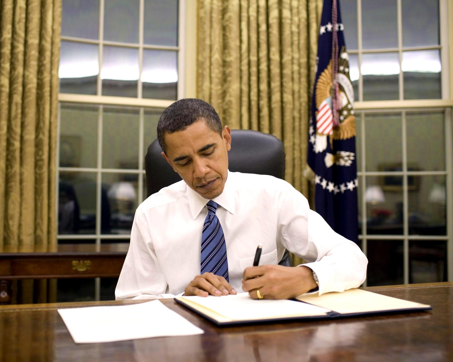 BARACK OBAMA SIGNS AN EMERGENCY DECLARATION FOR AR AND KY - 8X10 PHOTO (ZY-400)