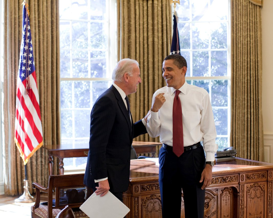 BARACK OBAMA & JOE BIDEN LAUGH TOGETHER IN THE OVAL OFFICE - 8X10 PHOTO (ZY-401)
