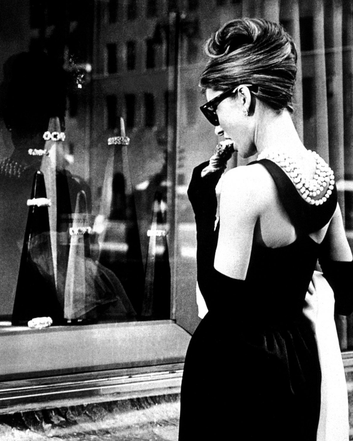 "AUDREY HEPBURN IN FILM ""BREAKFAST AT TIFFANY'S"" - 8X10 PUBLICITY PHOTO (NN-215)"