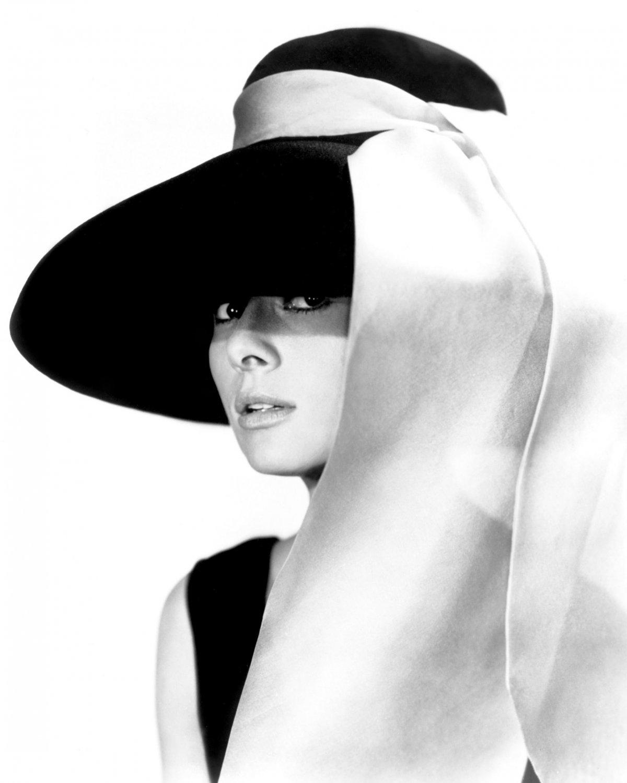 "AUDREY HEPBURN IN FILM ""BREAKFAST AT TIFFANY'S"" - 8X10 PUBLICITY PHOTO (NN-217)"